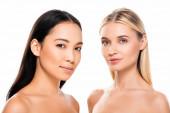 atraktivní Evropská blondýnka a Asijská brunetka nahá ženy izolované na bílém