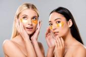 Fotografie schöne asiatische und europäische nackte Mädchen mit Augenklappen auf Gesicht isoliert auf grau