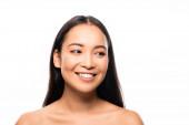 usmívající se krásná asijská žena s bílými zuby izolovanými na bílém