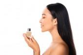 Seitenansicht von nackten schönen asiatischen Frau mit Parfüm isoliert auf weiß