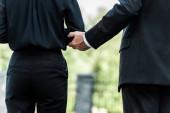 Fotografia vista cropped delluomo toccando mano sulla donna in piedi sul funerale