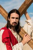 Szakállas Jézus gazdaság fából készült kereszt és néztem kamera