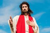 selektivní zaměření Ježíše na věnec gestikulovat proti modrému nebi