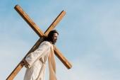 Szakállas Jézus gazdaság fa kereszt ellen ég