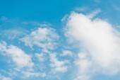 modrá obloha s načechrané mraky a prostor pro kopírování