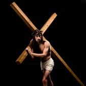 Jézus a koszorú gazdaság fából készült kereszt és álló izolált fekete
