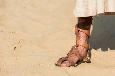 İsa çölde dalgalı kum üzerinde duran