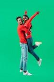 Afro-amerikai férfi vörös karácsonyi pulóver feltartotta nő emelt kezet izolált zöld