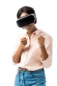 Fotografia african american woman in shirt with virtual reality headset showing fists isolated on white