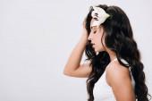 Fényképek az oldalnézetből barna szép nő, liliom a hosszú egészséges haj izolált szürke