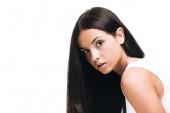 brünette schöne Frau mit langen glatten gesunden und glänzenden Haaren isoliert auf weiß