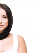 oříznutý pohled na brunetu krásnou ženu s dlouhými přímými zdravými a lesklými vlasy izolovanými na bílém