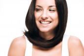 usmívající se bruneta krásná žena s dlouhými, zdravými a lesklými vlasy izolovanými na bílém