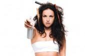 donna bruna con pettini in ondulato capelli indisciplinati mostrando spray isolato su bianco