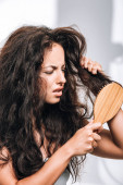 zavaros barna nő stílus elviselhető göndör haja hajkefe