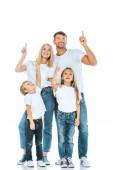 glückliche Familie blickt auf und zeigt mit den Fingern auf weiß