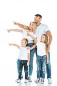 glückliche Eltern und Kinder, die mit den Fingern zeigen und wegschauen