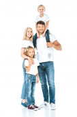 šťastný otec drží syna na ramenou v blízkosti manželky a dcery na bílém