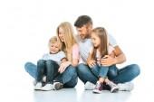 felice bambini seduto vicino allegro genitori su bianco