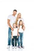 rozkošné děti stojící se šťastnými rodiči a dívající se na kameru na bílém