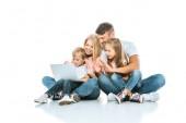 pozitivní rodiče při pohledu na notebook a mávání rukama s dětmi na bílém