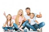 glückliche Familie sitzt und zeigt Daumen nach oben auf weiß