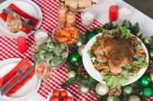 vysoký úhel pohledu na zeleninu, krocana, cherry rajčata, sklenice na víno, svíčky na stole