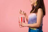 oříznutý pohled na šťastný mladý stylový diskotéka dívka v 3D brýle jíst popcorn izolované na růžové