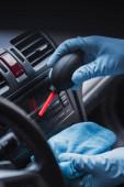 ořezaný pohled na čistič aut oprašovací přístrojovou desku s gumovým čističem vzduchu