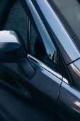 část přední pravé přední strany černého moderního auta