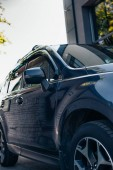 pravá strana černého, leštěného moderního auta