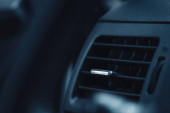 szellőzőberendezés a műszerfalon a modern autóban
