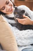 krásná usmívající se žena s šedou skotskou složit kočka