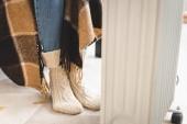 ragazza in calze a maglia riscaldamento con coperta e riscaldatore