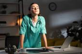 atraktivní zdravotní sestra v uniformě se zavřenýma očima během noční směny