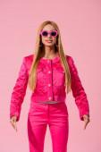přední pohled na stylové africké americké ženy v slunečních brýlích izolovaných na růžové, módní panenka koncept