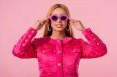 přední pohled na stylové africké americké dívky v slunečních brýlích izolované na růžové, módní panenka koncept