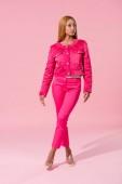 atraktivní, trendy africká americká žena stojící na růžovém pozadí, módní panenka koncept