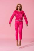 atraktivní, trendy africká americká žena levitující na růžovém pozadí, módní panenka koncept