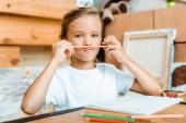 szelektív fókusz aranyos gyerek gazdaság színes ceruza közel arc