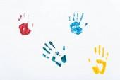 žluté, modré a červené potisky rukou na bílém