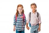 roztomilý školáci s batohem drží ruce izolované na bílém
