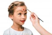 kivágott kilátás nő gazdaság paintbrush közel aranyos gyerek arcfestés elszigetelt fehér