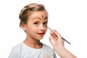 kivágott kilátás nő gazdaság ecset közel boldog gyerek arcfestés elszigetelt fehér