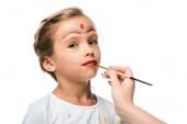 kivágott kilátás nő gazdaság ecset közelében gyermek arcfestés elszigetelt fehér