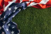 felső nézet az amerikai zászló csillagok és csíkok zöld fű kívül, munkanap koncepció