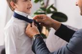 levágott kilátás üzletember vesz nyakkendő boldog, imádnivaló fiú otthon