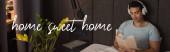 panorámás termés jóképű vegyes verseny férfi fülhallgató hallgat audio könyv és gazdaság könyv közelében otthon édes otthoni betű a hálószobában