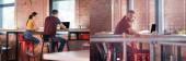 koláž šťastné podnikatelky při pohledu na spolupracovnici pomocí notebooku s prázdnou obrazovkou v kanceláři