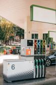 Automobilová čerpací stanice s palivovými tryskami na městské ulici
